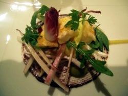 Ensalada de endivias blanca y roja con colas de cigala, olivas y salsa de plátan