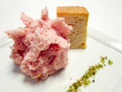 Espuma de mortadela, pan crocante y piñones picados
