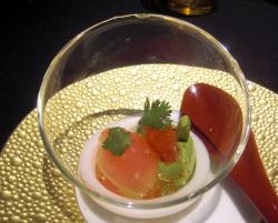 Gelatina de pomelo con crema de aguacate y hojas de cilantro