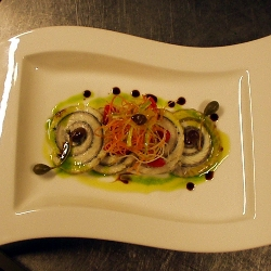 Rulo de anguila marinada servido tibio con verduras agridulces