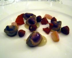 Riñón de ternera asado con fresas, ruibardo y té de rosas