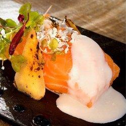 Salmón salvaje noruego tibio, patata y coliflor en leche picante
