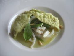 Sepia laminada, su parmentier de patatas, judías verdes, pasta frita y albahaca