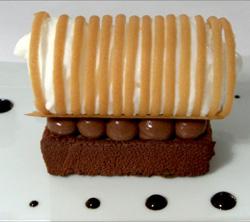 Bloque de apio helado con chocolate, crema de coco y caramelo