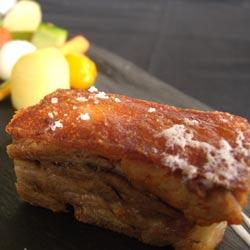 Cochinillo al horno en milhojas con legumbres estofadas