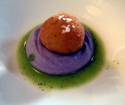 Croqueta de patata blanca y gambas con crema de patata violeta y aceite de hierb