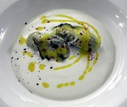 Ostra sobre crema de ricotta de vaca con gotas de fruta de la pasión y pimienta