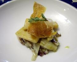 Sepiola del Adriático con achicoria de Treviso salteada y pequeño crujiente de p