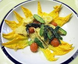 Ravioli de ricotta Seirass de los Alpes con verduras del huerto