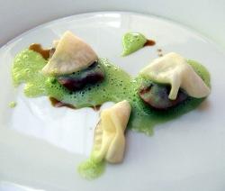 Riñon de cordero con láminas de nabo laminadas en vermut y una salsa de Angélica