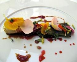 Cebolleta a la planca con malta, frutos rojos y flores