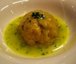Albondigas de bonito y calamar sobre salsa verde