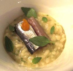Arroz con sardinas confitadas, pomelo y albahaca