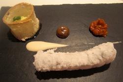 Bacalao frito con asadillo y emulsión de ajo negro