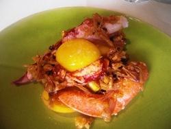 Bogavante con gambas secas, yema de huevo, misho y jengibre.