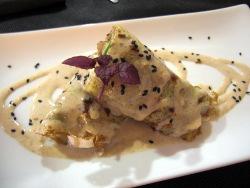Crêpe de pollo, ajos tiernos, enoquis y salsa de garbanzos
