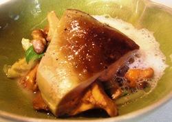 Foie gras a la plancha con rebozuelos, berza y emulsión de zamburiñas secas.