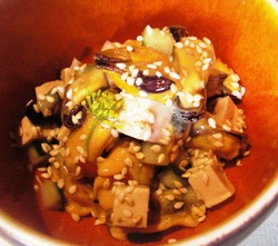 Mejillones con tofu ahumado, pepino y sésamo