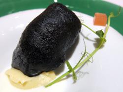 Merluza en costra negra con panais a la vainilla y yogur a las rosas