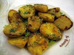Patatas asadas con salsa verde