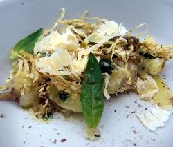 Patatas nuevas con yema de huevo ahumada, paja deshidratada y queso