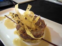 Timbal de patata y rabo de buey con espuma de patata