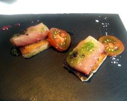 Verdel marinado con tomate y tosta