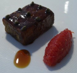 Aubergine cube cooked like roasted meat: lacquered with aubergine caramel