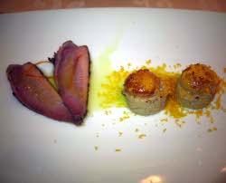Yemas de huevo de codorniz con mousse de foie de pato, huevas de mújol y magret