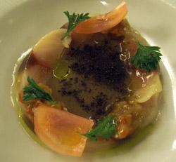Caballa con pimientos berenjenas y sopa de cebolla