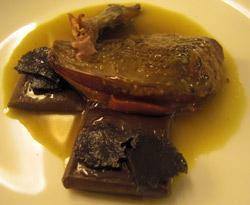 Paloma con ravioli de parfait y jugo de gazpacho manchego