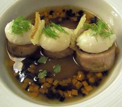 Perdiz escabechada de forma artesanal con huevos pochados de codorniz y sopa