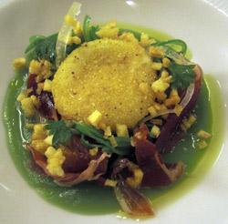 Yema de huevo a la sarten con papada y jamón sobre royal de bainas