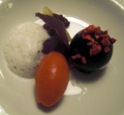 Helado de Frambuesas con Espuma de Vainilla y Chocolate a las Escamas de Frambue
