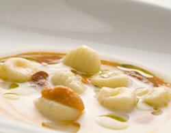 Sopa de vino blanco con ñoquis de patata y erizos de mar