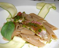 Penne de farro con salmonetes al pesto, calabacín y albahaca