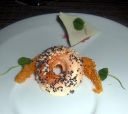 Polvo de salmón ahumado con helado de pan salpicado de sésamo