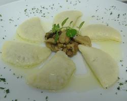 Raviolis de patata rellenos de hongos al aroma de calamenta