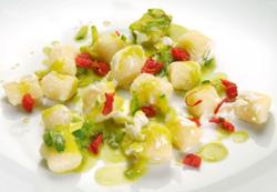 Ñoquis con calabacín, tomate, azafrán y ricotta ahumada al enebro