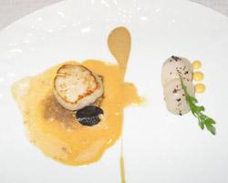 Vieira de Dieppe a la plancha con salsa de crustáceos, crema de hígado de oca, c