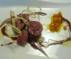 Ánade silbón envuelta en crepineta de cerdo con salsa de saba y compota de calab