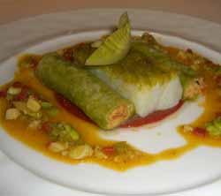 Lomo de bacalao del País Vasco con pimientos rojos, habas, jengibre y canelones