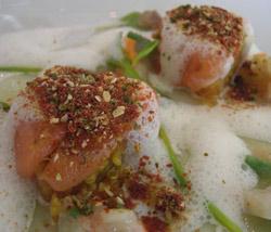 Salmon con quinoa cocida como paella, manzana y wasabi