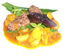 Silla de cordero con nabos, rábanos, hojas varias y jugo de su cocción al roquef
