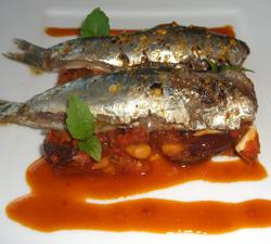Sardinas sobre lecho provenzal con salsa thcoutchouka
