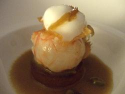Cigala con jugo de crustáceos con vainilla y espuma de limón