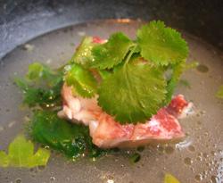 Bogavante con limón verde, hojas de apio y cilantro con un caldo de coco y aceit