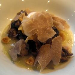 Caracoles de los Alpes con avellanas, chip de topinambo y trufa blanca