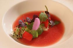 Infusion de tomate y bacalao con brotes