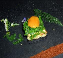 Tostaditas de foie gras, tirabeques con albahaca y albaricoque
